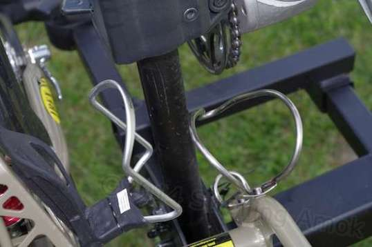 The Schwinn Expandable cage straddles the carrier's upright nicely, but is designed solely for large-diameter bottles.