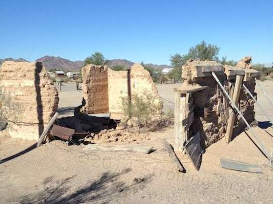 Located right along the main drag in Quartzsite, one suspects this is of some historic value. Left unmarked, it is merely part of a large lot for sale.