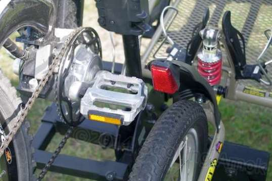 Before placing the bike, the pedal position needs to be fixed first to avoid interference with the pole. Setup adjustment was made more complex by facing the bike's chainwheel rearward, but it worked out.